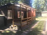Bungalow Wohnwagen Mobilheim Ansicht auf dem Ostsee Campingplatz